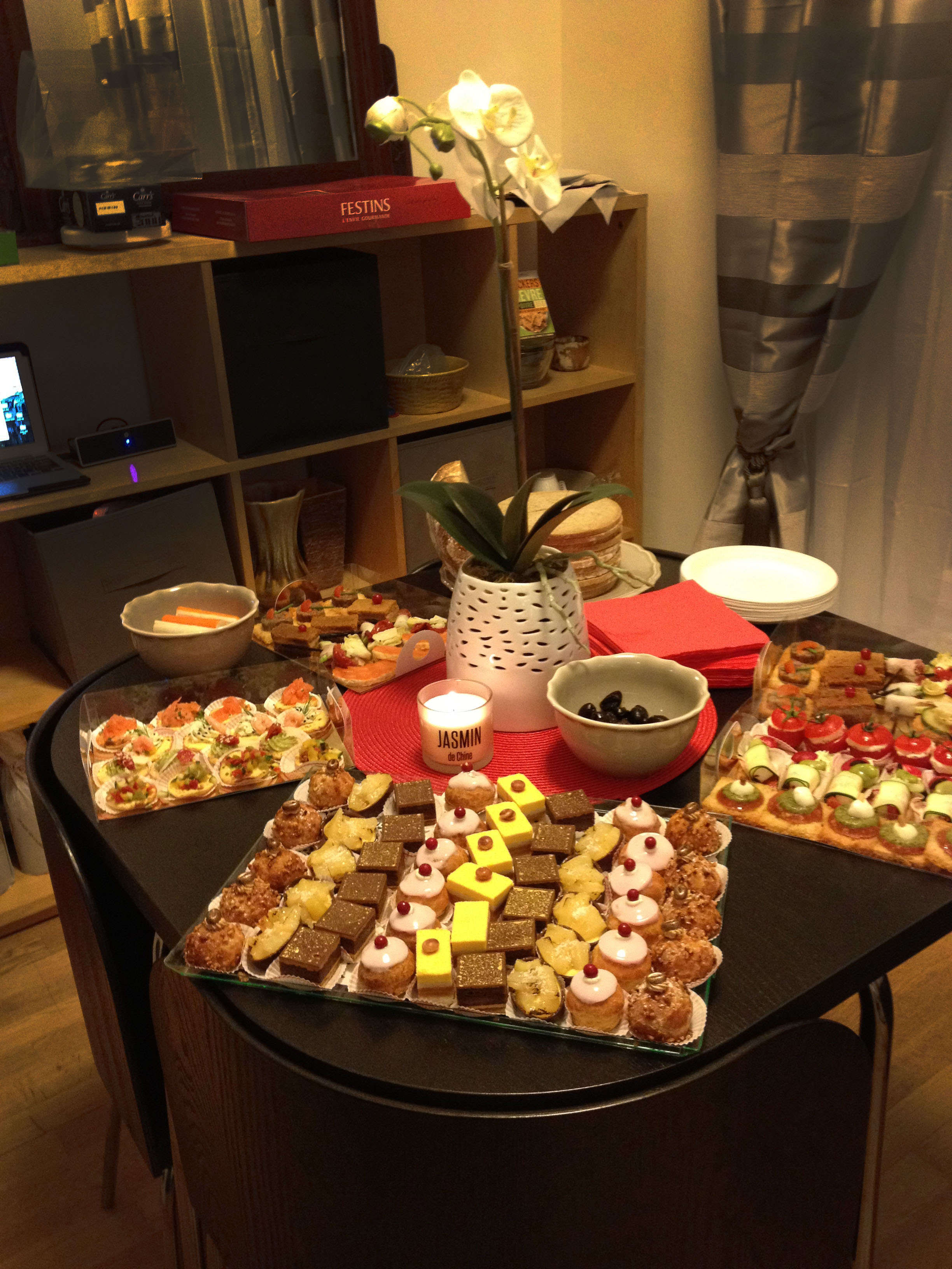 How to plan a housewarming party for an apartment escortsea for Warming party ideas