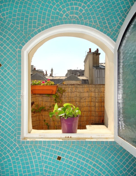 Detail of the little bathroom window that opens onto the terrace. Photo: ©Lisa Anselmo